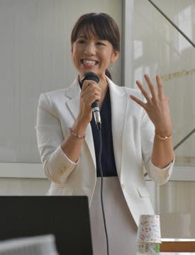 「女性が挑む農業の働き方改革」をテーマに講演する三浦綾佳さん=潮来市前川