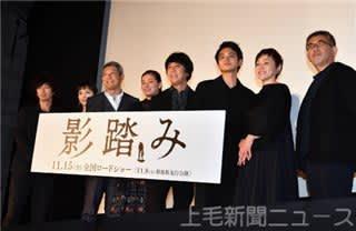 山崎さん(中央)ら出演者と篠原監督(右)=東京・テアトル新宿