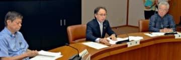 県の対策会議で幹部らに方針を説明する玉城デニー知事(中央)=31日、県庁