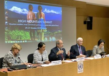 WMOが開いた「高山サミット」について、記者会見するポメロイ共同議長(中央)ら=10月31日、スイス・ジュネーブ(共同)
