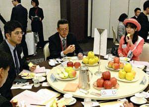 リンゴを試食する参加者ら