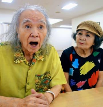 入院中の病院で、首里城が燃え落ちるニュース映像に接し「あまりの衝撃に声が出なかった」と話す前田孝允さん(左)と、見舞いに来た妻の栄さん=31日午後、那覇市内
