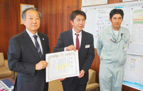 安藤教育長から感謝状を受け取る田村所長(中央)
