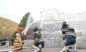 第一滝本館で行われた合同放水訓練