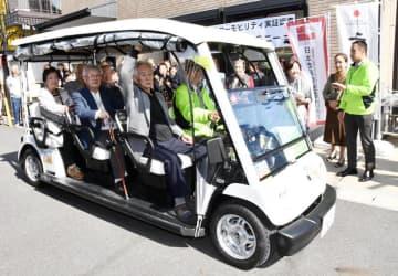 運行開始日を迎えカートを試乗する住民ら=松戸市