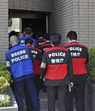名古屋市の弘道会本部へ家宅捜索に入る捜査員=1日午前10時10分ごろ