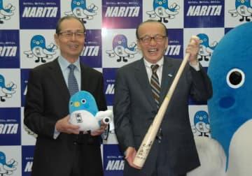 王さん(左)から小泉市長にサイン入りバットが贈られた=31日、成田市役所