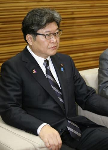 閣議に臨む萩生田文科相=1日午前、首相官邸