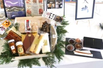 ローマ法王への献上品に認定された水産品など=長崎市、長崎魚市場
