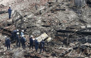 火災で焼失した首里城の正殿付近を調べる沖縄県警の捜査員ら=1日午後0時12分、那覇市(共同通信社ヘリから)