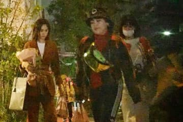 高級しゃぶしゃぶ店での一次会後、ブルゾン宅に向かう3人。