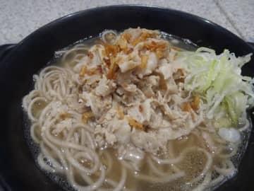 シンガポールをルーツとする「肉骨茶(バクテー)そば」。メニューとして定着するか=都内の「名代 富士そば」高円寺店