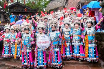 鳳凰古城でミャオ族の銀飾りの衣装を披露 湖南省