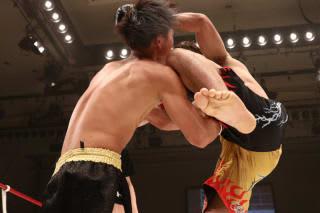 鈴木(右)が左ヒザを突き上げる