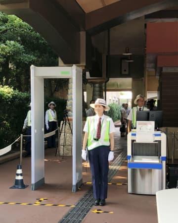東京ディズニーランドと東京ディズニーシーに導入される金属探知ゲートとエックス線検査機のイメージ写真(オリエンタルランド提供)