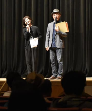 迫田訓光さんの思い出を語り合った、柿塚日加里さん(左)とMr.バニーさん