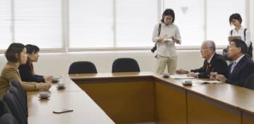 長崎市議会に申し入れをする原告側弁護団(左側)=1日午後、長崎市