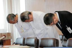 会見で謝罪する宝塚市立病院の今中秀光病院長(中央)ら=同市役所