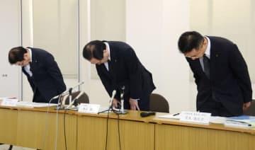 元職員の資金着服が判明し、記者会見で謝罪する熊本第一信用金庫の豊住賢一理事長(中央)ら=1日午後、熊本市