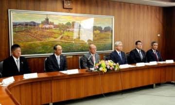 総会後に記者会見する(左から)勝矢、梶谷、松田、石井、高谷、森の各氏
