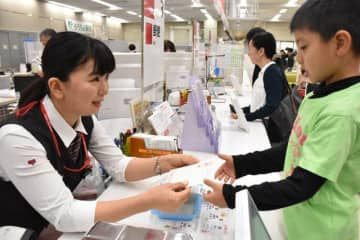 令和初となる2020年用の年賀はがきの販売が始まった宮崎中央郵便局=1日午前、宮崎市