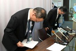 姫路市立小学校であった問題で会見し、謝罪する姫路市教育委員会の中川靖敏学校教育部長(左)と鈴木啓資教職員課長=1日午後、姫路市役所