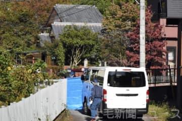 親子が刺された現場を捜査する関係者=1日午前9時40分ごろ、桐生市菱町(画像を一部加工しています)