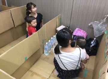 段ボールで仕切った避難所での生活スペース作りを学ぶ参加者=9月19日、福島県郡山市