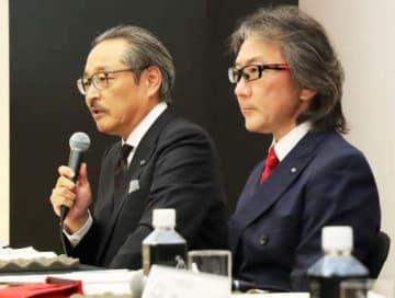 東京都内での記者会見で質問に答える藤原副社長(左)