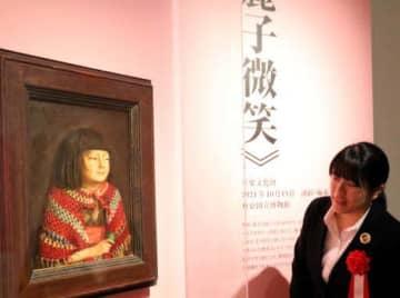 代表作「麗子微笑」を眺める入館者
