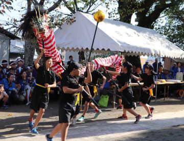 子ども龍踊りを奉納する子どもたち=時津町日並郷、熊野神社
