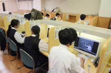 熊本ゼミナールで、英語の映像授業を受ける高校生ら=1日、熊本市中央区