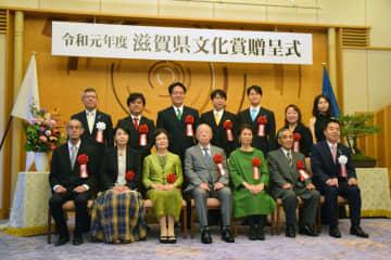 滋賀県文化賞を受賞した小林さん(前列中央)ら=大津市・県公館