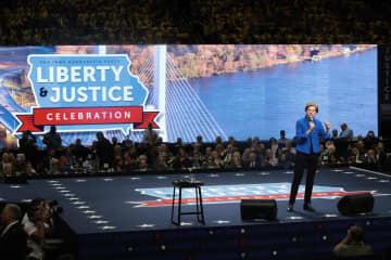1日、米中西部アイオワ州での民主党候補者演説会に登壇したウォーレン上院議員(ゲッティ=共同)