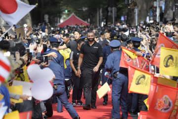 東京都府中市で行われた報告会で、ファンの歓迎を受けるラグビー日本代表のリーチ主将(中央)ら=2日