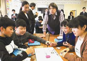 英語カードを組み合わせて室蘭を紹介する英文を考える児童たち=八丁平小