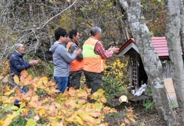 「マタギ神社」を参拝するマタギたち=北秋田市阿仁打当