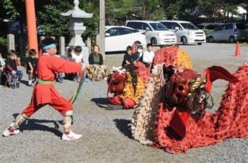 勇壮な舞を披露する中嶋町獅子舞保存会=八代市