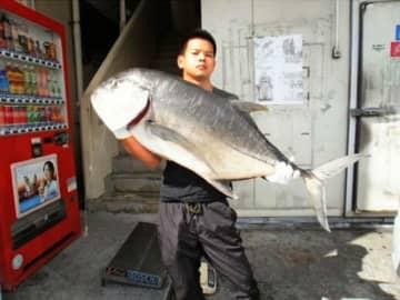 中部東海岸で121.5センチ、23.25キロのロウニンアジを釣った具志堅翔さん=10月25日