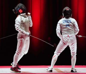 女子フルーレ決勝で菊池小巻(右)を破り、ガッツポーズする辻すみれ=LINE CUBE SHIBUYA