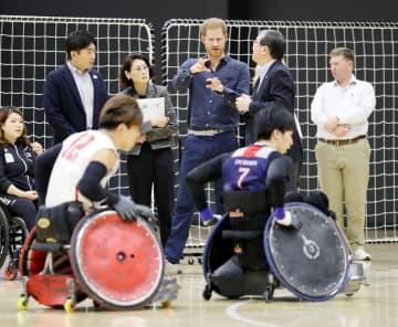 「日本財団パラアリーナ」を訪れ、車いすラグビーを視察するヘンリー英王子(奥中央)=2日午後、東京都品川区(代表撮影)