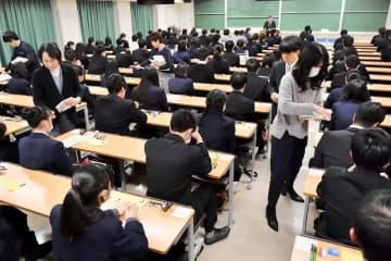 2019年1月の大学入試センター試験で、開始を待つ受験生=1月19日、福井県福井市の福井大学
