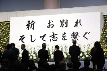 京都アニメーション放火殺人事件の犠牲者追悼「お別れ そして志を繋ぐ式」で献花する人たち=2日午後、京都市