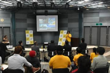 塾生9人が自由な発想を披露したビジネスプラン発表会