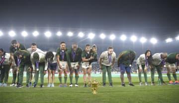 優勝を果たし、観客席に向かっておじぎをする南アフリカの選手たち。下は優勝杯「ウェブ・エリス・カップ」=2日夜、横浜市の日産スタジアム