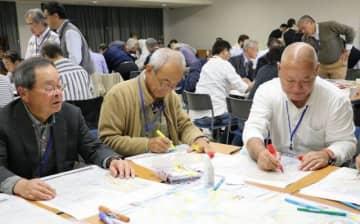 防災マップで災害時の避難経路を確認する参加者