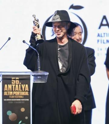 1日、トルコ・アンタルヤで開かれたアンタルヤ映画祭で最優秀作品賞を受賞したオダギリジョーさん(アナトリア通信=共同)