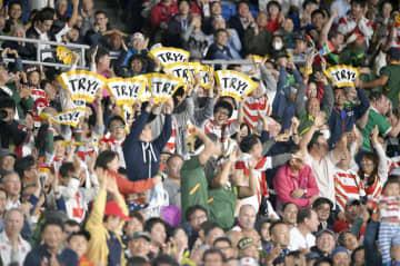 ラグビーW杯決勝のイングランド―南アフリカ戦で、試合中に盛り上がるスタンドのファン=2日夜、横浜市の日産スタジアム