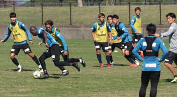 横浜FC戦に向けて調整するV長崎の選手たち=佐世保市東部スポーツ広場