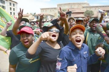 2日、南アフリカ・ヨハネスブルクのパブリックビューイング会場で、南アの優勝を喜ぶファンら(共同)